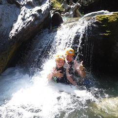 Kurze Dusche im kleinen Wasserfall