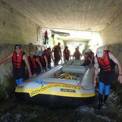 Die Gruppe trägt das Boot zum Einstieg