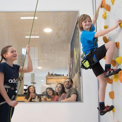 Kinder beim Klettern zusehen