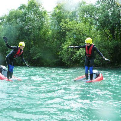 Zwei Freunde beim Versuch auf den Riverbug zu stehen.