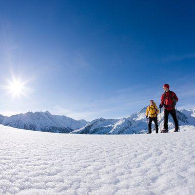 Schneeschuhwandern bei Sonneschein