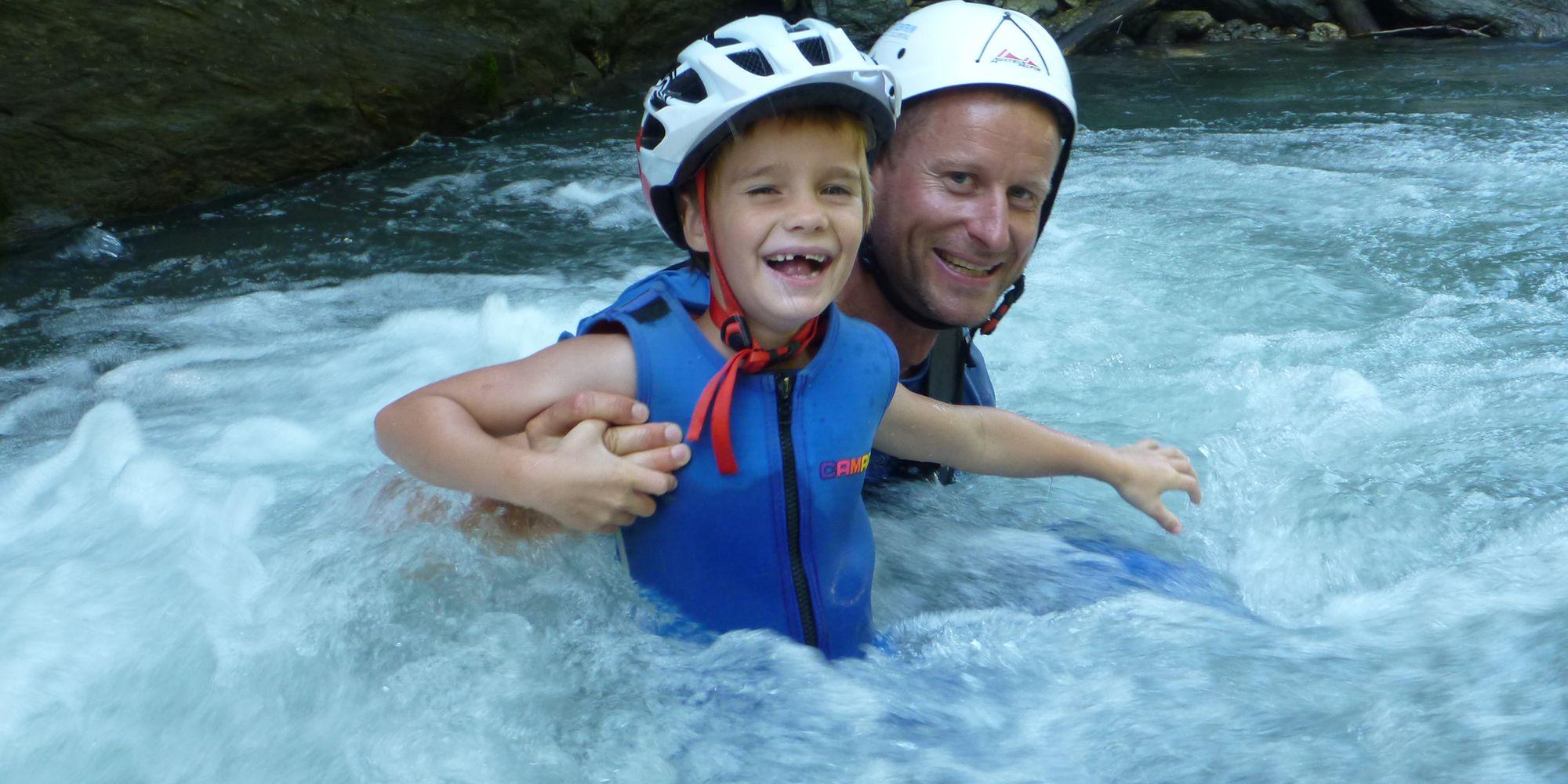 Vater mit Sohn beim Canyoning