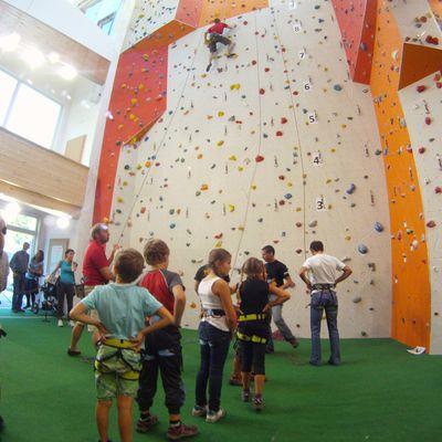 Kinder bei ihren ersten Kletterversuchen