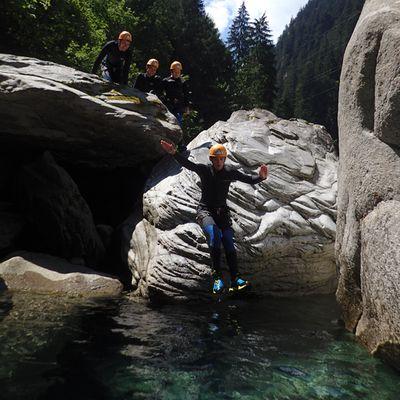 Sprung in das türkise Wasser