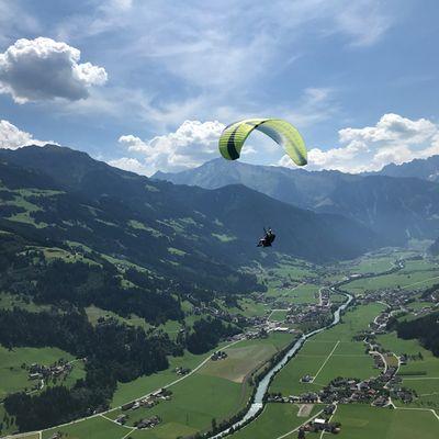 Super Blick über das Tal beim Paragliden
