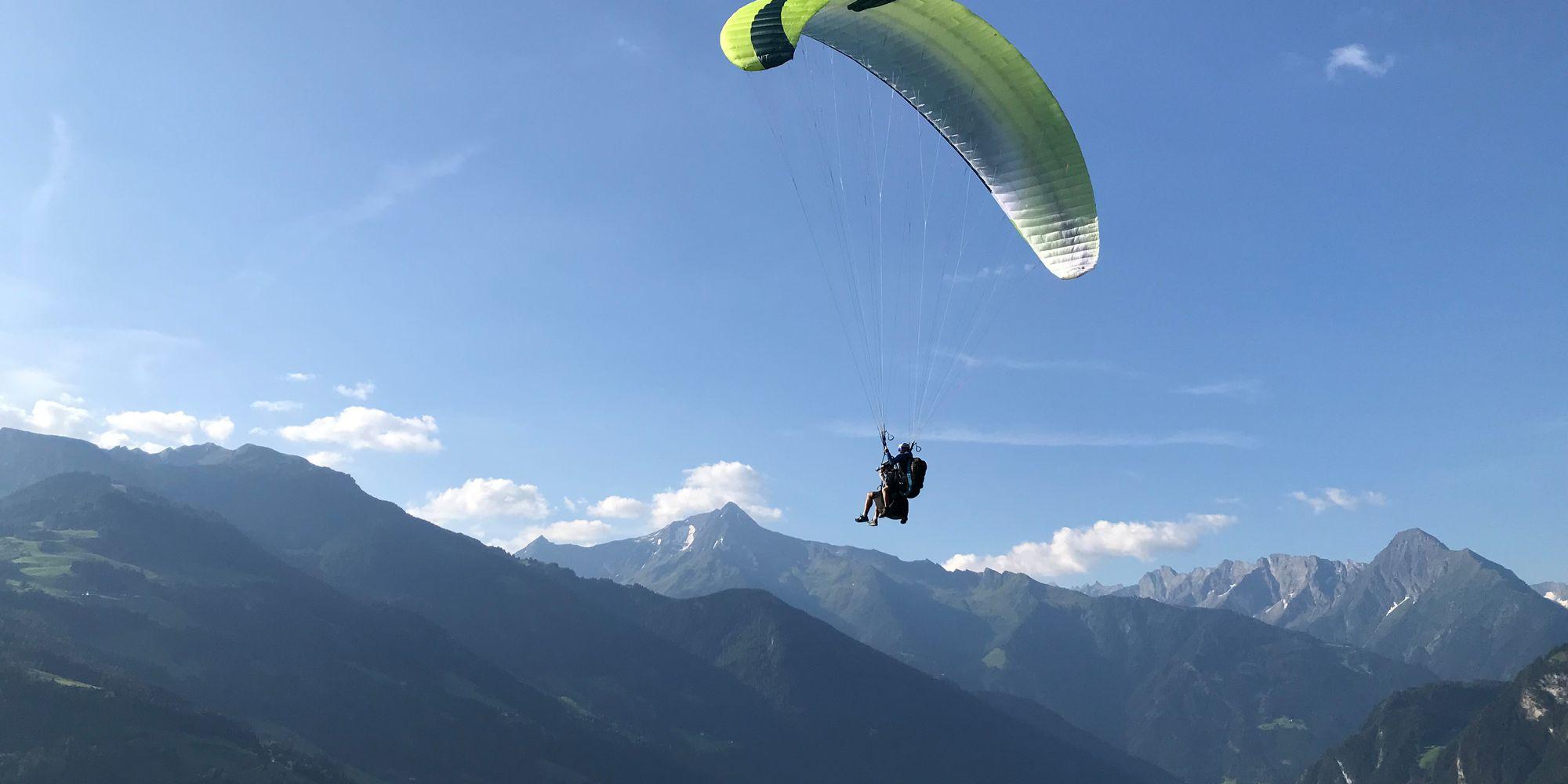 Paragliden über dem Tal