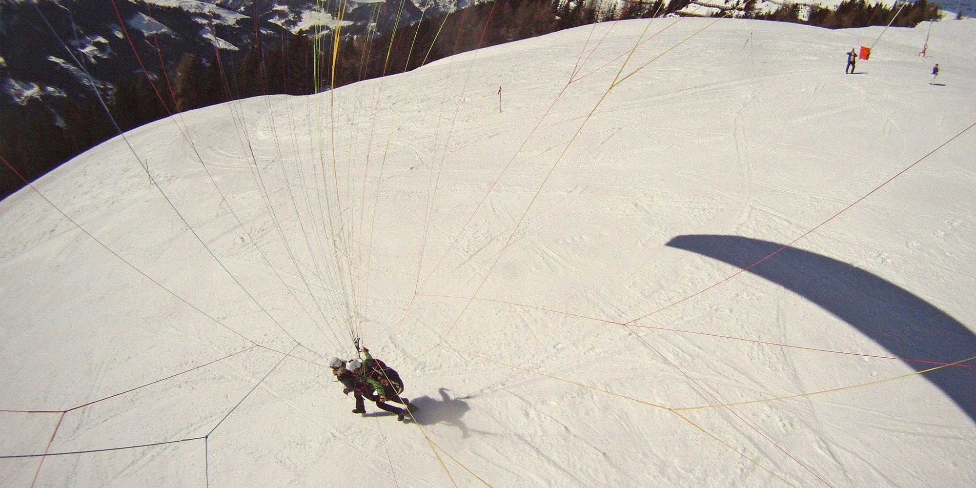 Abflug von einer Piste im Skigebiet